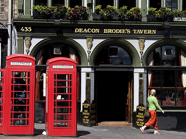 Shall we go in and have a pint...or two? - click thumbnail image to view full size image.